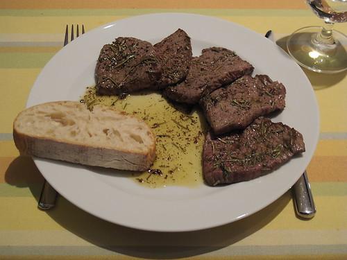 Bistecca dei secondi (Hauchdünne Rinderhüftsteaks in Rosmarinbutter)