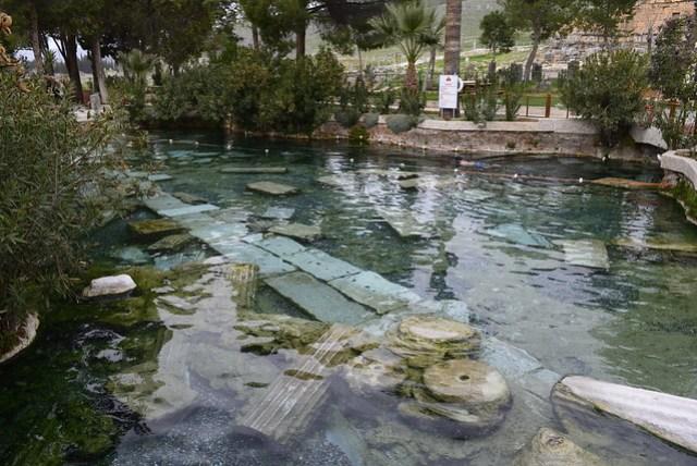 棉花堡與山頂的希拉波利斯古城 (Hierapolis) 共同為世界遺產,古城中某個區域被闢為餐廳及溫泉區,號稱 Antique Pool,大眾池,需著泳衣,票價 7.5 TL。