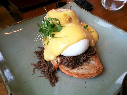 Steak 'n' eggs benedict