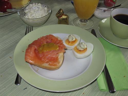 Lachsbrötchen mit Ei am Ostersonntag