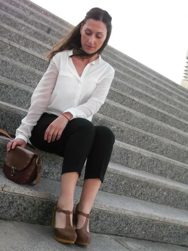 pantalon capri negro, blusa gasa blanca, zuecos tachuelas canela, bandolera canela, chaqueta camel