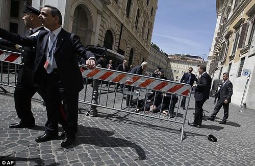 ITALIA - Governo Letta giura al Quirinale, Maroni: secondo me non avrà vita lunga - Poi la sparatoria e la festa diventa un incubo (28/04/2013). by Martin G. Conde