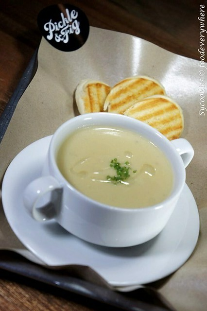 11.2. onion n cheddar- spanish onion n melted cheddar soup n baquette slices RM 8 pickled and fig