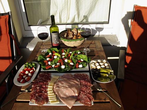 Italienische Köstlichkeiten zu Oliven- und Tomatenbrot