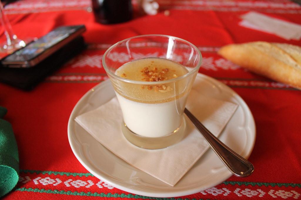 Flan de leche de oveja quemada, gelatina de Moscatel y avellanas caramelizadas