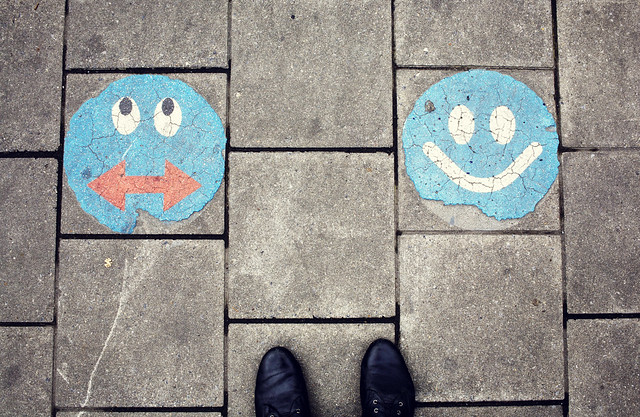 studerar märkliga gubbar på gatan, bryssel