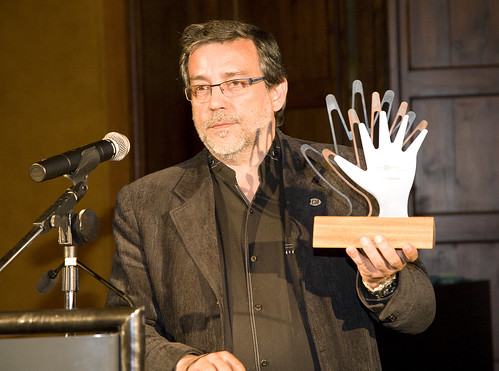 Francesc Aragall with the Design for All Foundation Awards 2012 trophy