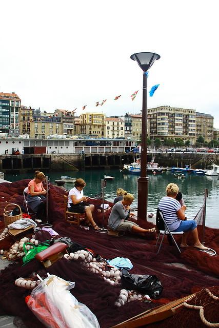 Mujeres del muelle cosiendo redes. San Sebastián #Donostia #Photography #Flickr #Foto  23