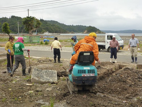 牡鹿半島でボランティア (ボランティアチーム援人) Volunteer Work at Oshika Peninsula, Miyagi pref. Deeply Affected by the Tsunami of Great East Japan Earthquake