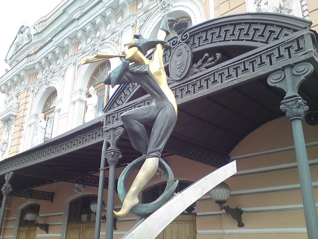 Скульптура у входа в цирк // Sculpture at circus entry