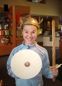 Bendik tester ut vikingeutstyret