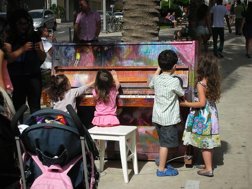 מנגנים בפסנתר ברוטשילד