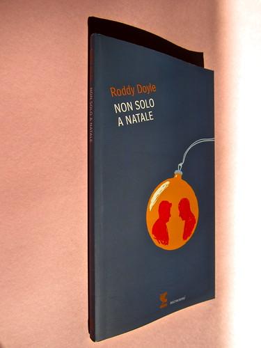 Roddy Doyle. Non solo a Natale, Guanda 2012. Disegno e grafica di copertina: Guido Scarabottolo. Dorso, copertinae (part.), 1