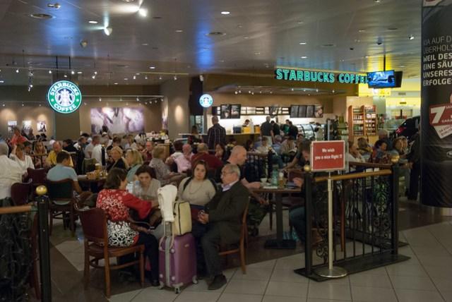 很多人在這喝咖啡等飛機