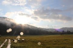 光の雫 至仏山と夕日(尾瀬 山の鼻)