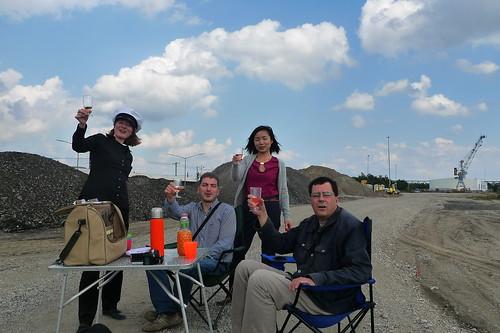 Picknick im Niemandsland im Hamburger Hafen. August 2012