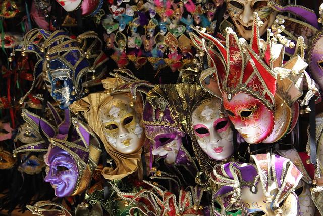 Escaparate con máscaras, cerca del Puente de Carlos