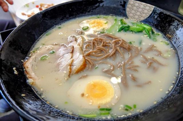 叉燒豚骨拉麵,是蕎麥麵為麵條,湯頭淡淡的不油膩