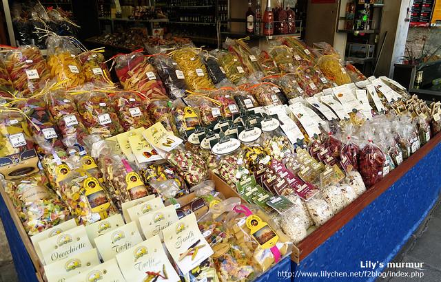 威尼斯小巷中的雜貨店,有賣可愛的彩色蝴蝶麵!!不過這也沒買就是...