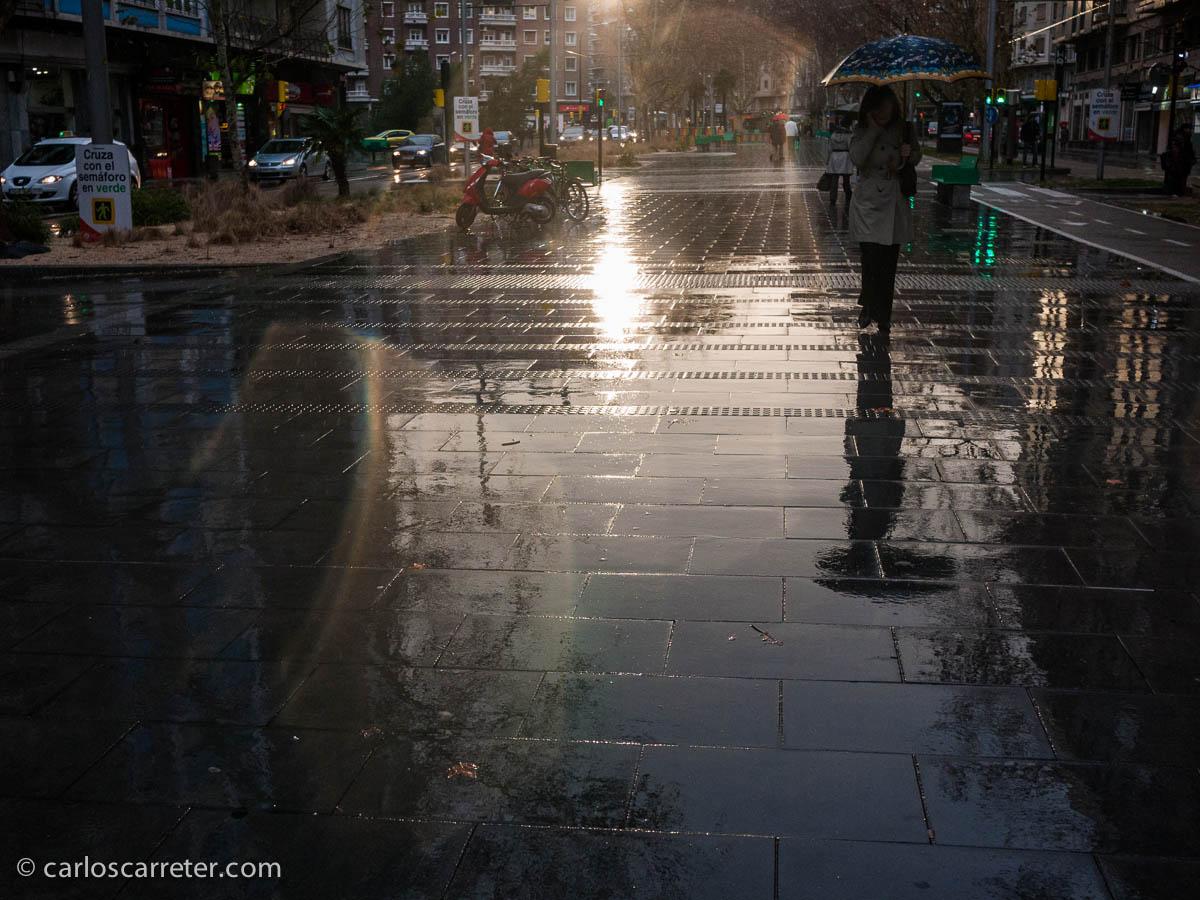 Bajo la lluvia, contra el sol