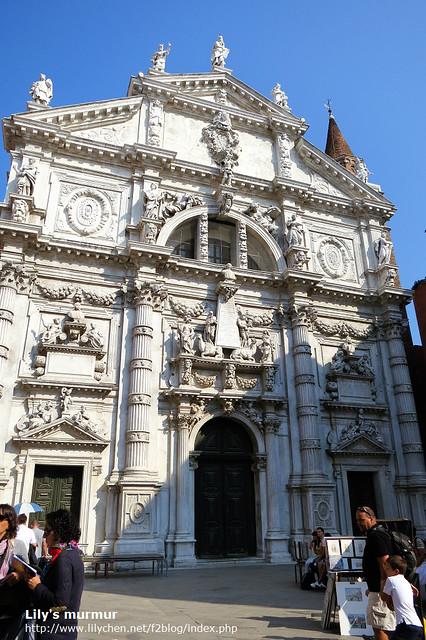 威尼斯小巷中真的很多這樣美麗的教堂...讓人看得目不暇接。
