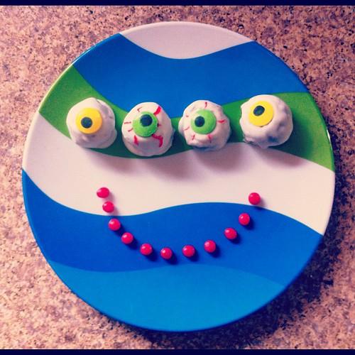 Oreo (eye) ball snacks. Happy Friday, friends.