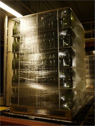 出荷前の瓶は積み上げられて倉庫で保管。@東洋ガラス