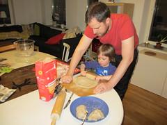 Jonas och Ava bakar surdegsknäckebröd