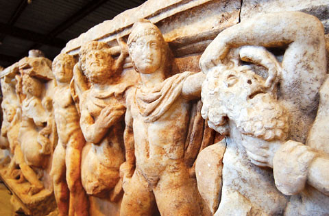 Afrodisias era un importante lugar de talla del mármol, creaban estatuas que luego viajaban miles de kilómetros para adornar incluso en Roma. Tanta era así, que todas las tumbas de Afrodisias tenían un cargado e impresionante envuelto de relieves con personajes mitológicos.