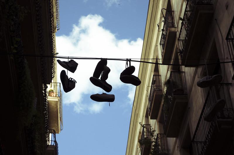 Zapatillas que adornan calles.