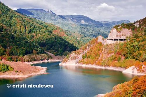 Siriu Lake by cristiniculescu