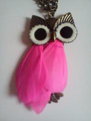 colgante buho con plumas color rosa marca Blanco