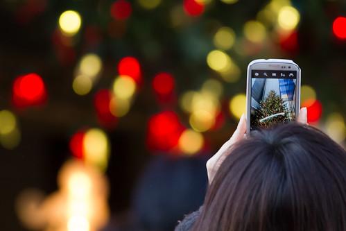Taking a photo of Christmas tree - 無料写真検索fotoq