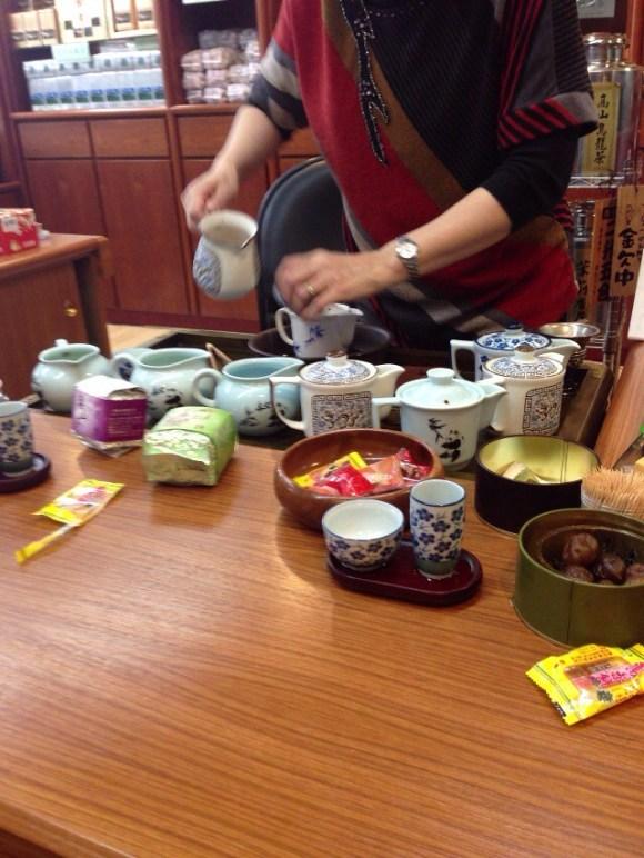お茶を入れる人2