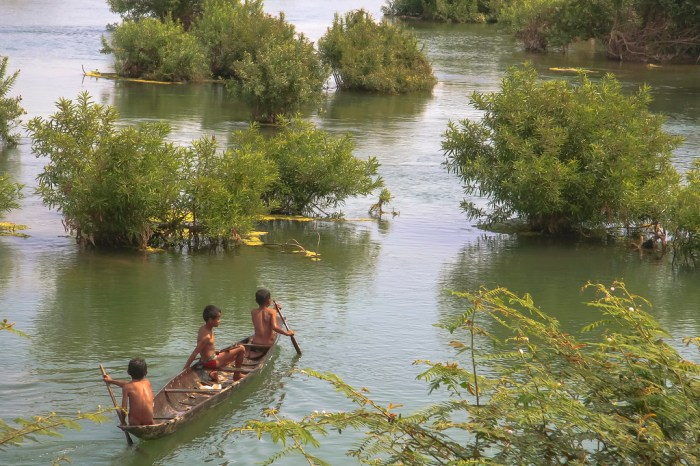 MY ROAD : Kids fishing on the Mekong river near Dont Det (Laos)
