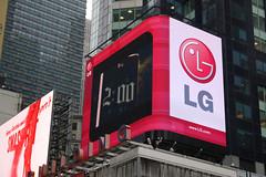 LG전자 뉴욕 타임스퀘어에 2PM과 옵티머스 G 출현