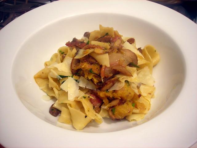 Tagliatelle con zucca, funghi e pancetta