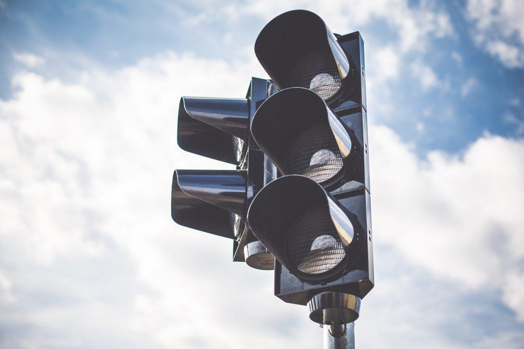 Imagen gratis de un semáforo con las nubes de fondo