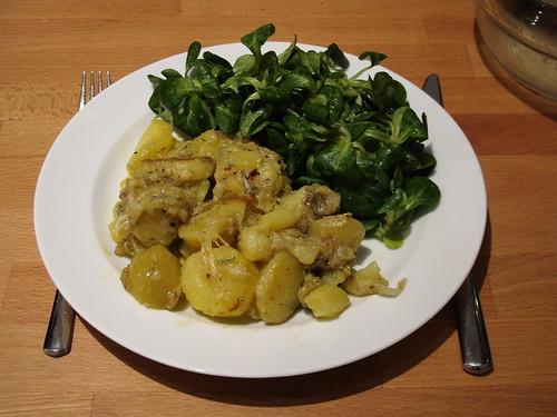 Käse-Rosmarin-Kartoffeln mit Feldsalat