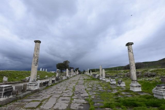 貝爾加馬 (Bergama) 位於伊茲密爾 (Izmir) 北方約 100 公里處,該處有兩大遺址阿克羅波利斯 (Akropolis; 衛城) 及阿斯克雷皮翁 (Asklepion)。圖為阿斯克雷皮翁入口處之列柱道路。