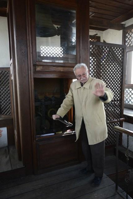 參觀完舊官舍遺址及其後的博物館後,博物館的門票 (3 TL) 可以連著鐘樓 (Saat Kulesi) 一起用 (不然也要 3 TL)。鐘樓上有個解說員阿伯,很 high 的用土耳其文解說了半小時(當然是對著當地人),我們在一旁只知道要等著每半點的鐘響時間,也是尷尬。