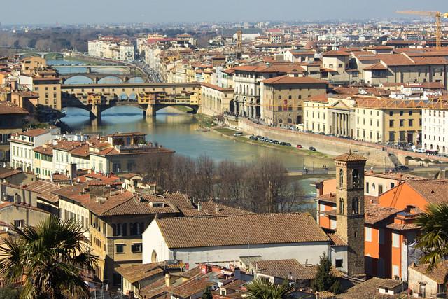El río Arno cruzando Florencia