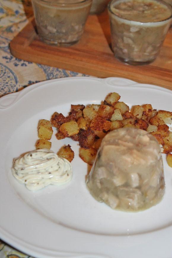 Hausgemachte Sülze mit Remoulade und Bratkartoffeln