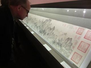 Steve yang sedang mengamati lukisan kuno China koleksi museum seni Nelson-Artkinson. (Foto: Yudha PS)