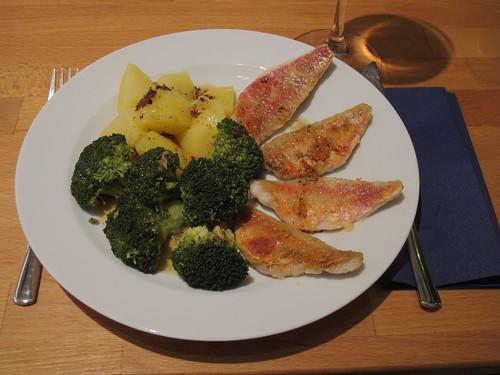 Rote Meerbarbe mit Broccoli, Salzkartoffeln und Butter