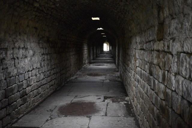 阿斯克雷皮翁 (Asklepion) 原為希臘神話中的醫術之神,此處擁有西元前三世紀當時最先進的醫療設施,故以此為名。通過長長的地下通道可連接至治療室,途中可聽見所謂的神諭(其實是醫師在外頭講話),在治療室裡可以接受草藥和按摩等治療。
