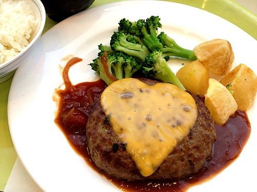 今日の社食はバレンタインハンバーグハートのチーズのせ。520円。