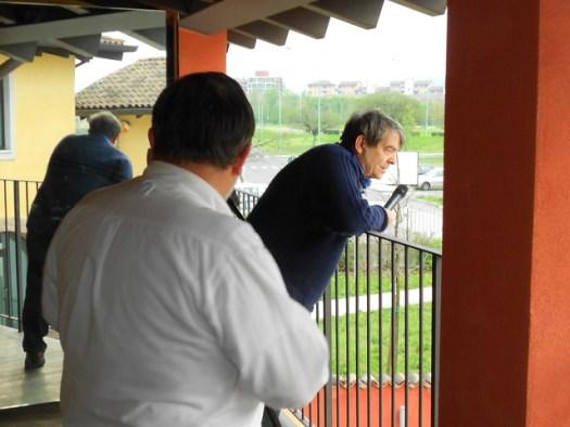 Silvano Agosti saluta amici prima di intervista a Brescia