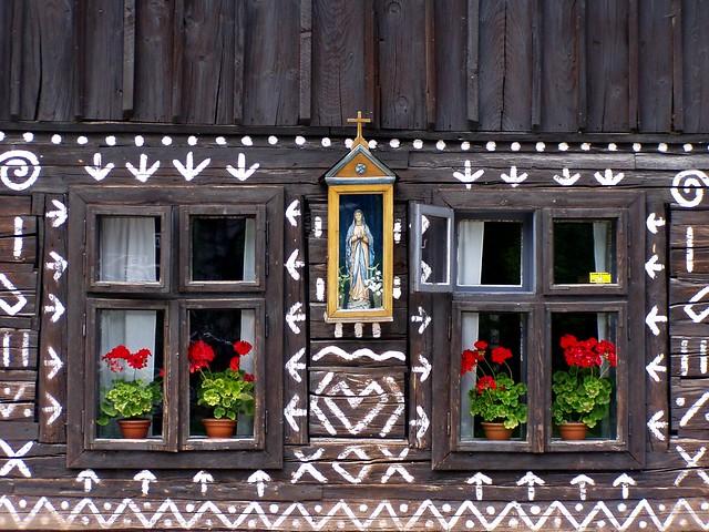 Figura de virgen en una casa Čičmany, Eslovaquia