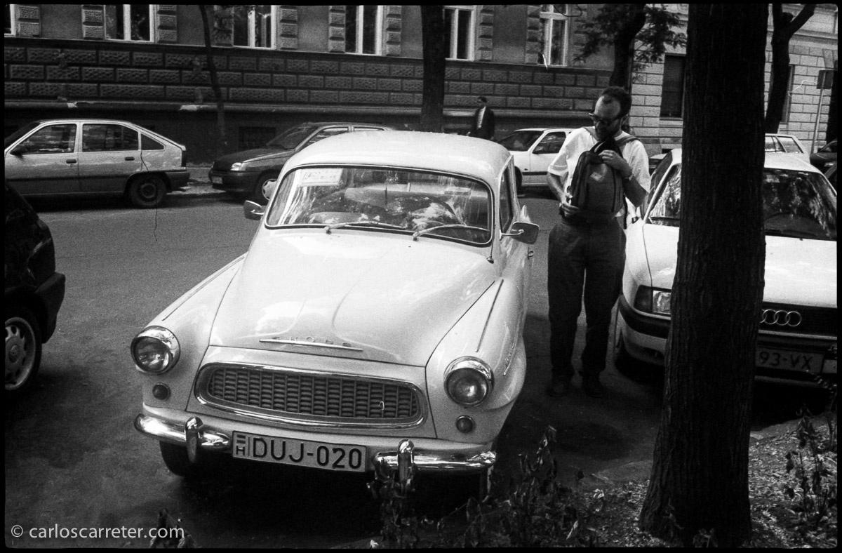 Viejo Skoda en las calles de Budapest